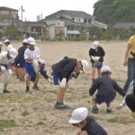 小学生が竹野浜の漂着物調査02