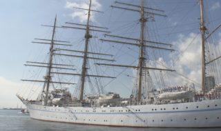 神戸港を出港する大型練習帆船「海王丸」